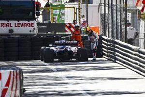 Mick Schumacher, Haas VF-21, inspecte les dégâts sur l'arrière de sa monoplace