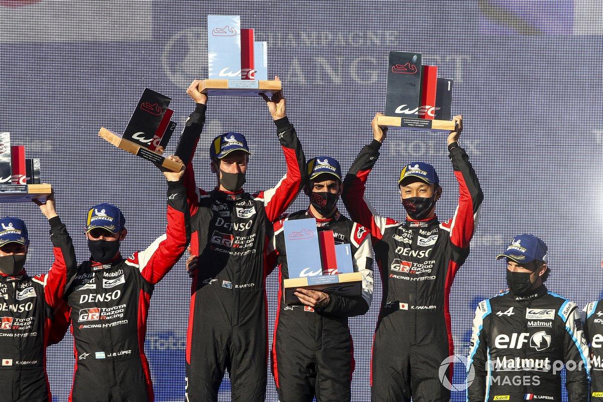 Podio: ganadores de la carrera Sebastien Buemi, Kazuki Nakajima, Brendon Hartley, Toyota Gazoo Racing