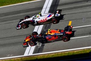 Mick Schumacher, Haas VF-21, Sergio Perez, Red Bull Racing RB16B