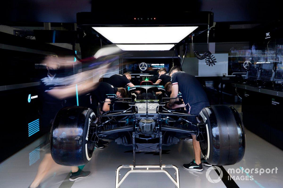 Los mecánicos trabajan en el Mercedes W12 de Lewis Hamilton en el garaje