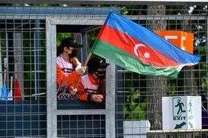 Un commissaire agite le drapeau de l'Azerbaïdjan