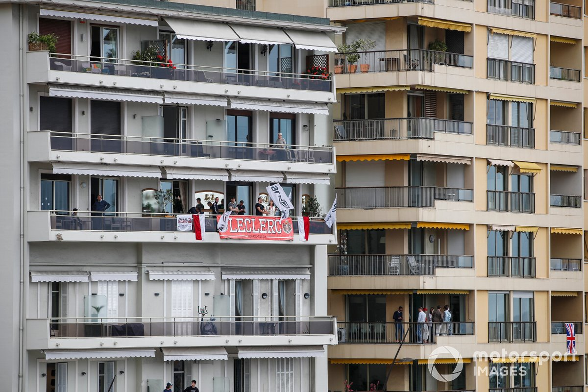 Sostegno per Charles Leclerc, Ferrari, da un balcone