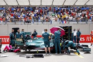 Mechanics on the grid with Lance Stroll, Aston Martin AMR21