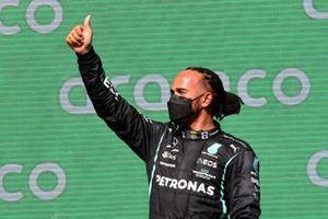 Le deuxième Lewis Hamilton, Mercedes, sur le podium