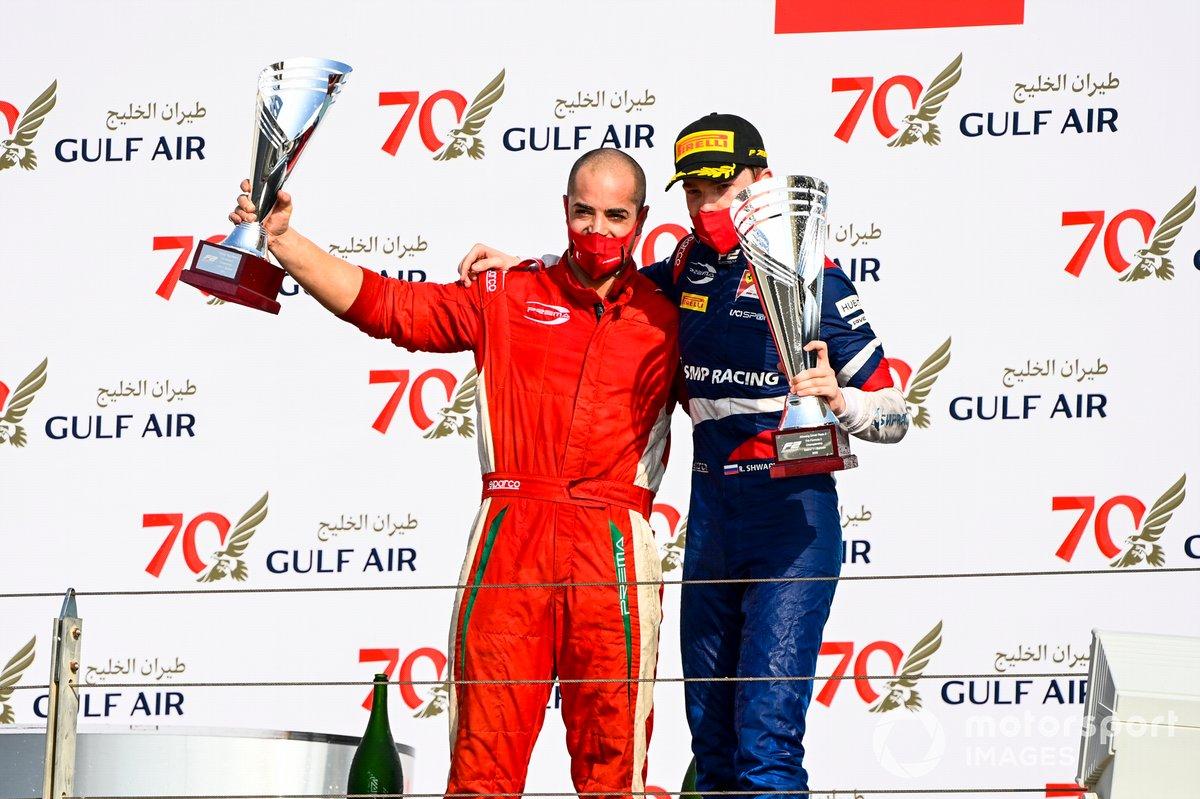 Il rappresentante del trofeo costruttori e il vincitore della gara Robert Shwartzman, Prema Racing celebrate on the podium with the trophy