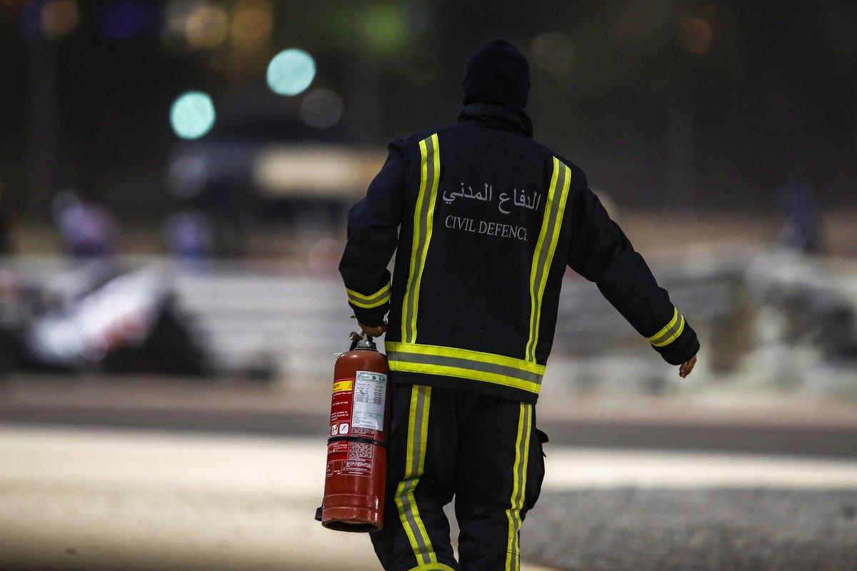 Un miembro de la defensa civil con un extintor de incendios