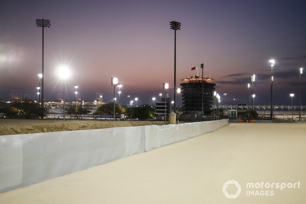 Reparación de la barrera donde Romain Grosjean, Haas F1 tuvo el accidente