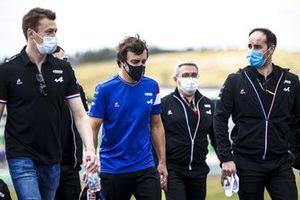 Daniil Kvyat, reserve driver, Alpine F1 and Fernando Alonso, Alpine F1 walk the track