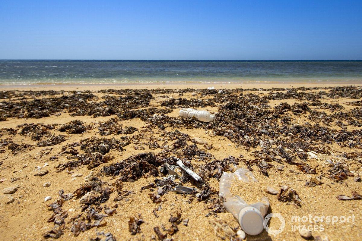 Basura de plástico en la playa