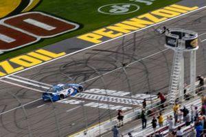 Kyle Larson, Hendrick Motorsports, Chevrolet Camaro HendrickCars.com bandera a cuadros