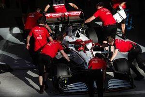 Механики с машиной Кими Райкконена, Alfa Romeo Racing C41