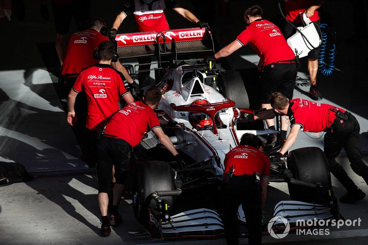 Los mecánicos empujan a Kimi Raikkonen, Alfa Romeo Racing C41, de vuelta al garaje