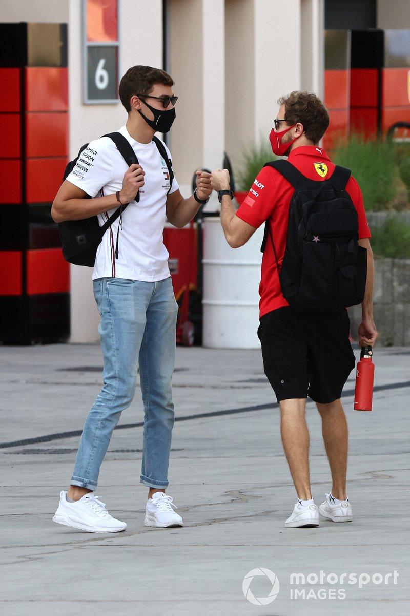 George Russell, Mercedes-AMG F1, y Sebastian Vettel, Ferrari