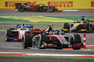 Callum Ilott, UNI-Virtuosi leads Robert Shwartzman, Prema Racing
