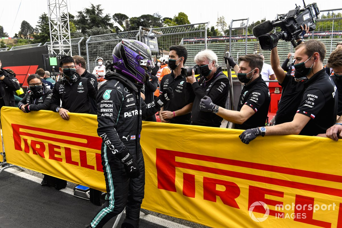 Ganador de la pole, Lewis Hamilton, de Mercedes, celebra con su equipo a su llegada al Parc Ferme
