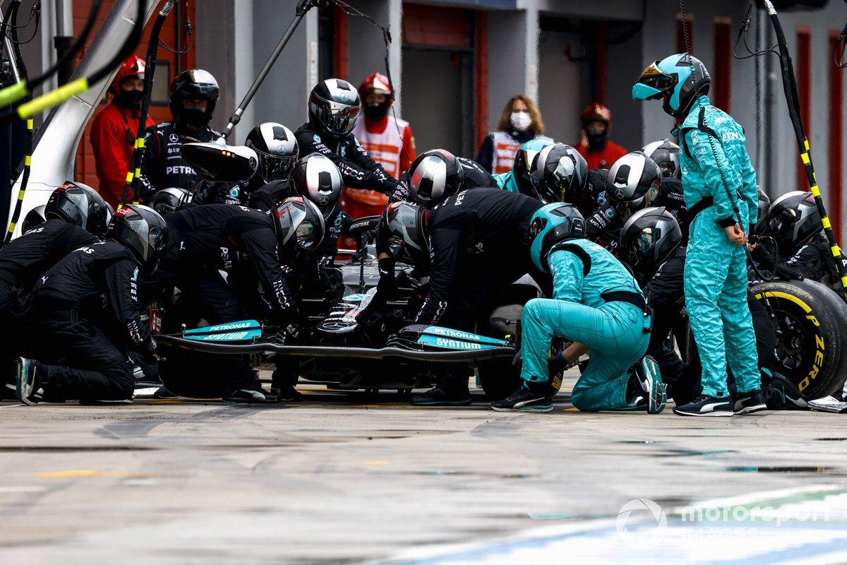 Lewis Hamilton, Mercedes W12, cambia su alerón delantero en boxes