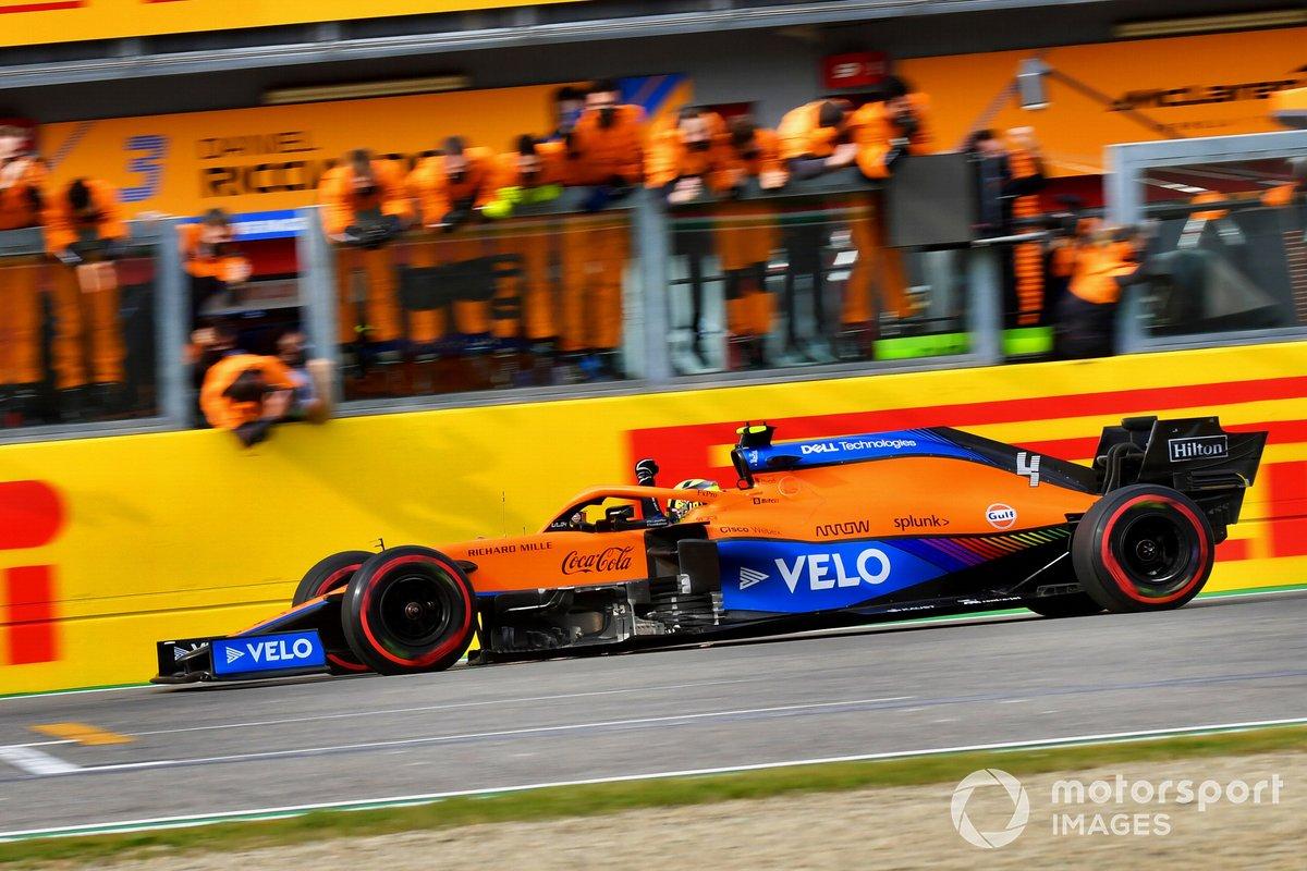 Lando Norris, McLaren MCL35M, 3ª posición, cruza la línea de meta entre los vítores de su equipo