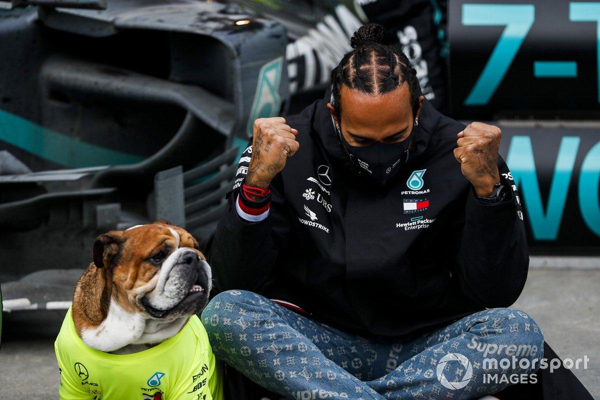 Lewis Hamilton, Mercedes-AMG F1, celebra con Mercedes y su perro Roscoe su 7º Mundial