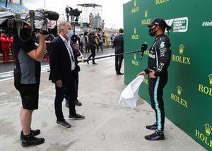 Martin Brundle, Sky TV, entrevista a Lewis Hamilton, Mercedes-AMG F1, después de ganar la carrera, para conseguir su 7º título de campeón del mundo