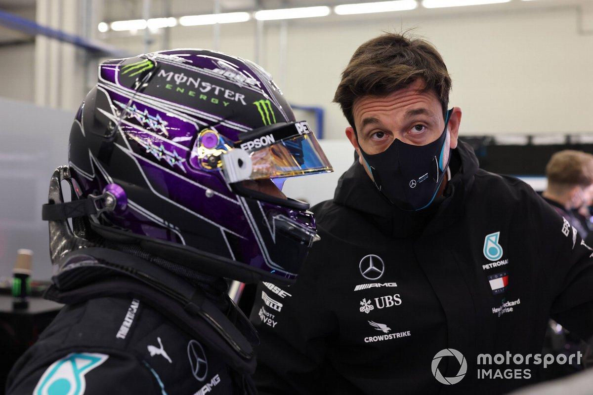 Lewis Hamilton, Mercedes-AMG F1, e Toto Wolff, Direttore Esecutivo (Business), Mercedes AMG