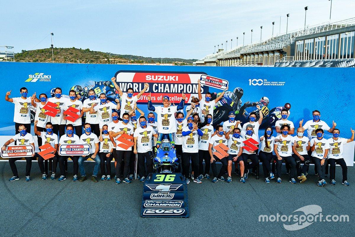 Juara dunia MotoGP 2020, Joan Mir, Team Suzuki Ecstar berpose dengan seluruh anggota tim