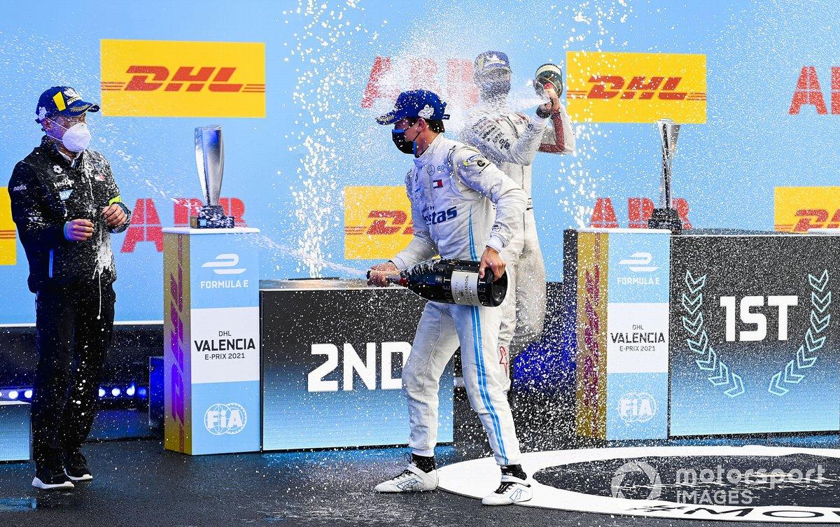 Albert Lau, ingeniero de carrera, Mercedes Benz EQ, Nyck de Vries, Mercedes-Benz EQ, 1ª posición, Nico Muller, Dragon Penske Autosport, 2ª posición, celebran en el podio con champán