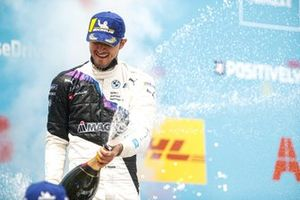 Jake Dennis, BMW i Andretti Motorsport, primo classificato, spruzza Champagne