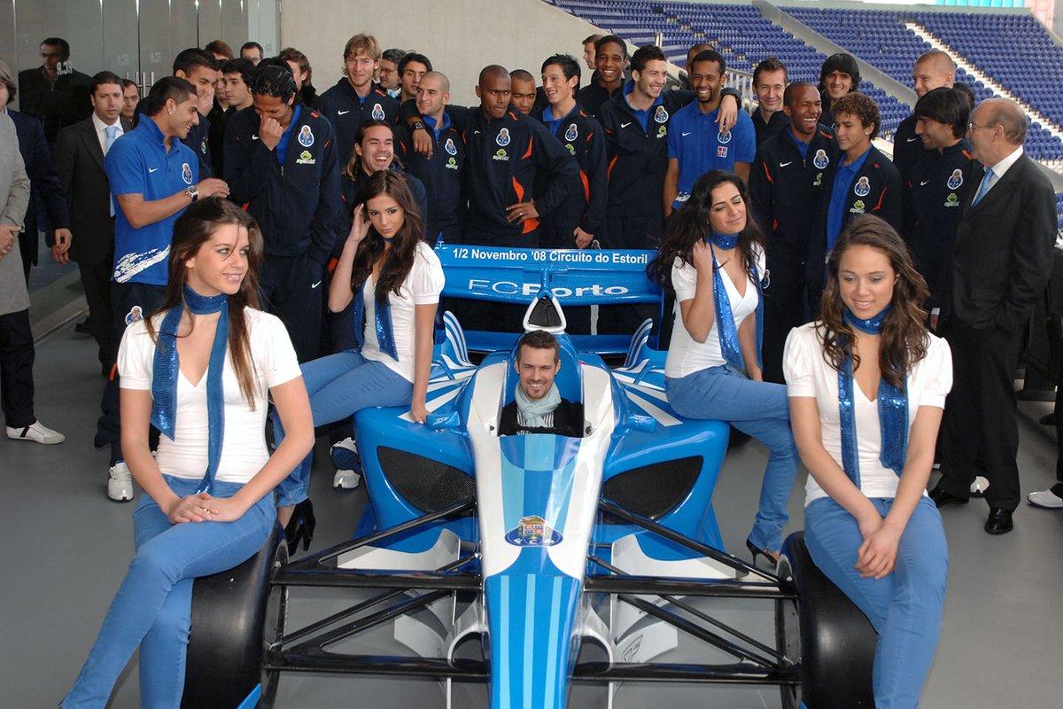 El ex piloto de F1 Tiago Monteiro en el coche del FC Porto de la Superleague Formula con azafatas y el equipo