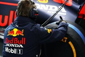 Un membro del team Red Bull Racing nel garage