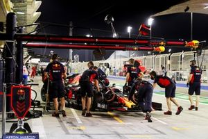 Alex Albon, Red Bull Racing RB16, is returned to the garage