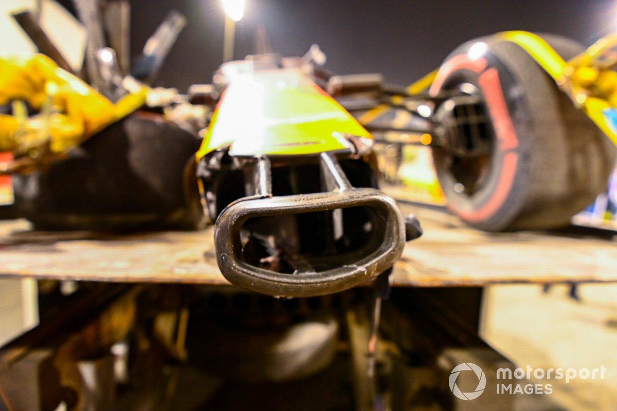 Il muso danneggiato della Red Bull Racing RB16 di Alexander Albon