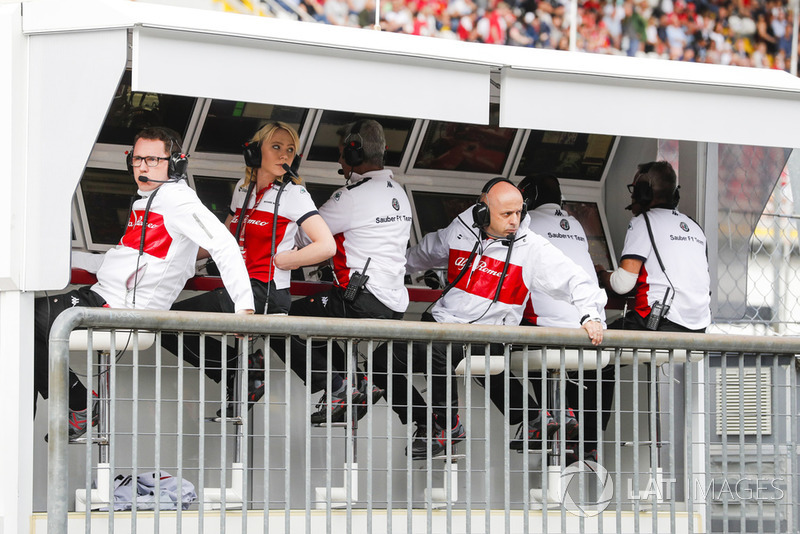 The Sauber team on the pit wall