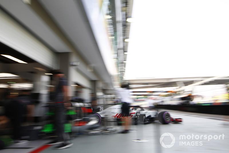 Kevin Magnussen, Haas F1 Team VF-18, sort du garage