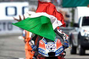 Winnaar Andrea Dovizioso, Ducati Team met de Italiaanse vlag