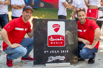 Marco Melandri e Andrea Dovizioso posano con la prima pietra