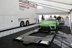 Meccanici con la Porsche 911 GT3 Cup di Diego Bertonelli, Dinamic Motorsport