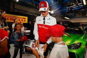 Marcus Ericsson, Sauber, signs autographs