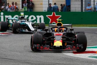 Max Verstappen, Red Bull Racing RB14, voor Valtteri Bottas, Mercedes AMG F1 W09