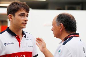 Charles Leclerc, Sauber, parle avec Frederic Vasseur, directeur d'Alfa Romeo Sauber F1 Team