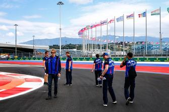Brendon Hartley, Scuderia Toro Rosso, parcourt la piste à pied