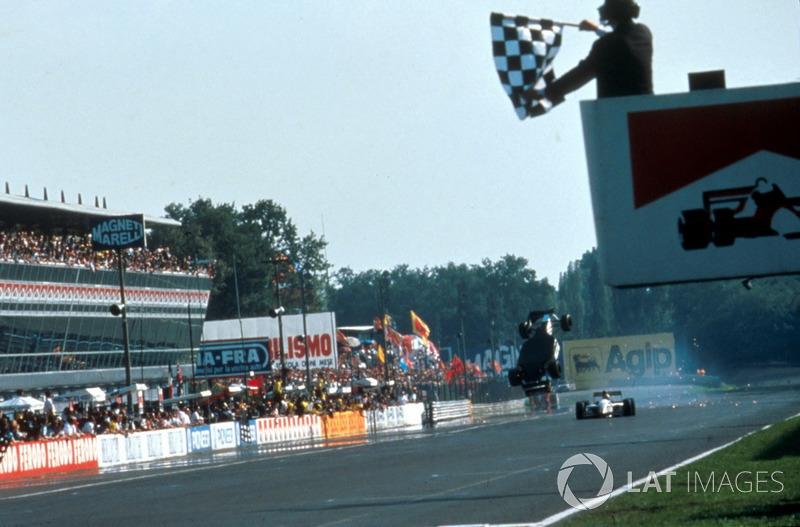 Crash: Christian Fittipaldi, Minardi M193, Pierluigi Martini, Minardi M193