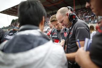 Romain Grosjean, Haas F1 Team, on the grid with engineers