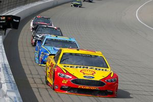 Joey Logano, Team Penske, Ford Fusion Shell Pennzoil , Ricky Stenhouse Jr., Roush Fenway Racing, Ford Fusion Fifth Third Bank