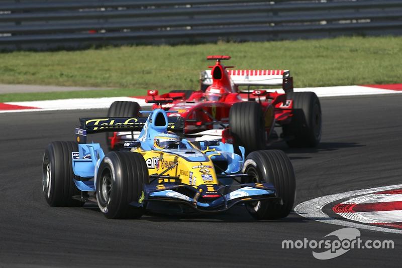 Fernando Alonso, Renault R26, 2ª posición, lidera Michael Schumacher, Ferrari 248F1