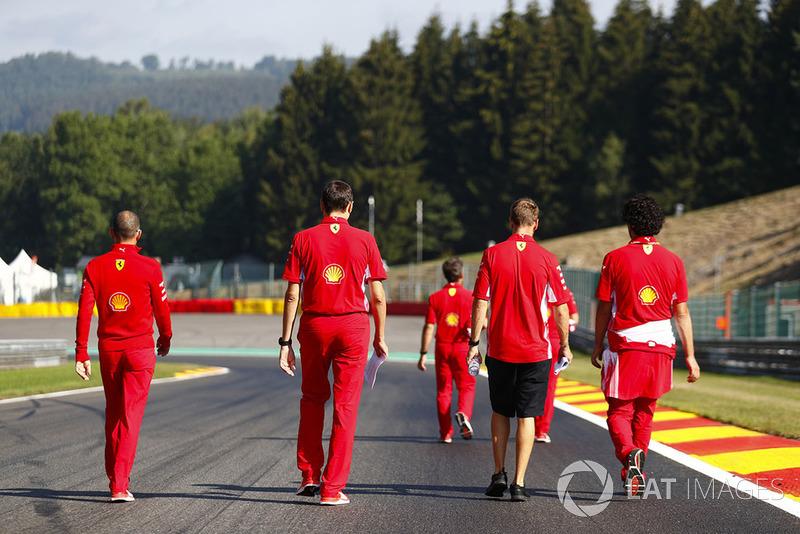 Sebastian Vettel, Ferrari, e colleghi, camminano lungo il circuito