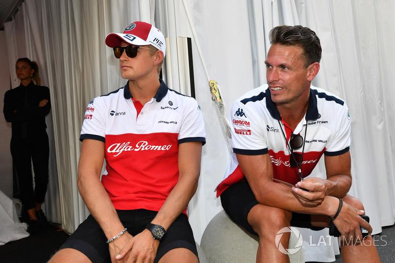 Marcus Ericsson, Alfa Romeo Sauber F1 Team and Alex Elgh, Trainer