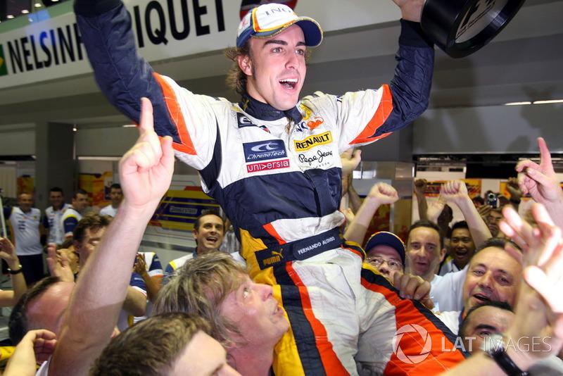 Fernando Alonso, Renault F1 Team fête la victoire avec son équipe