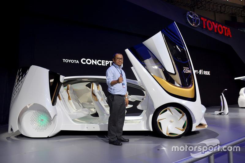 Rouli Sijabat, PR Manager Toyota Indonesia, dan Concept-i