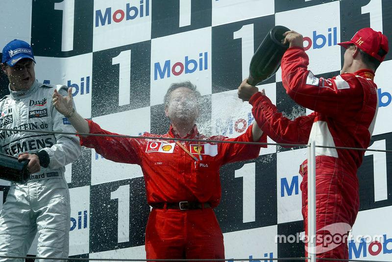 Podium : le vainqueur Michael Schumacher, Ferrari, fête la victoire et le titre avec Jean Todt, Ferrari