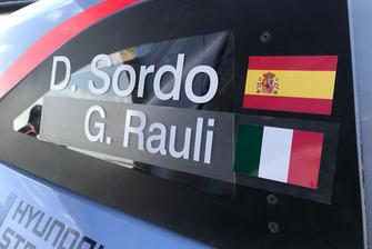 Dettaglio dei nomi di Dani Sordo, Hyundai Motorsport e Giacomo Rauli, giornalista di Motorsport.com